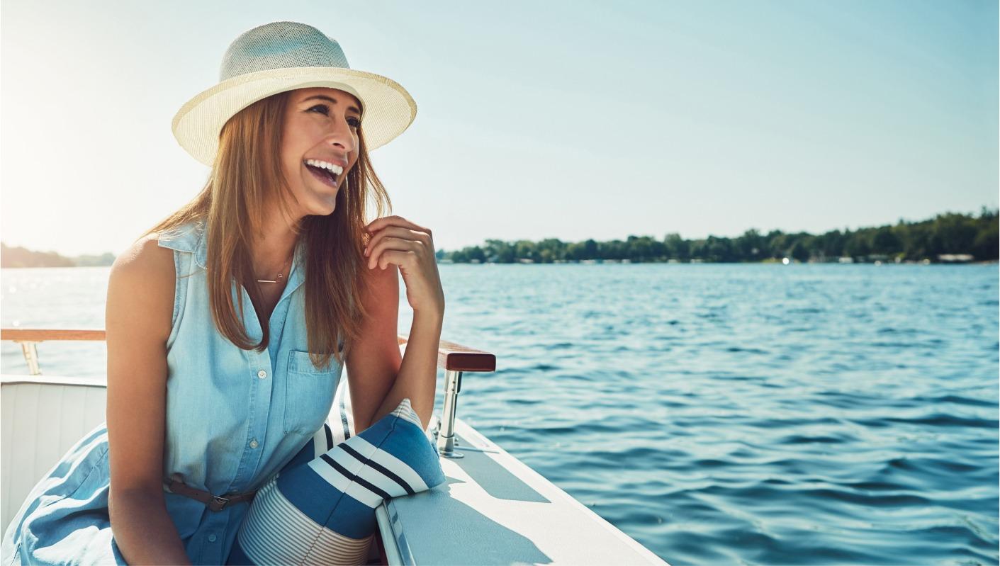une jeune femme souriante sur son tender yacht