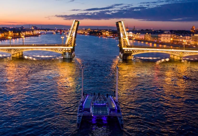 Le catamaran Energy Observer de nuit, un pont s'ouvrant pour le laisser passer