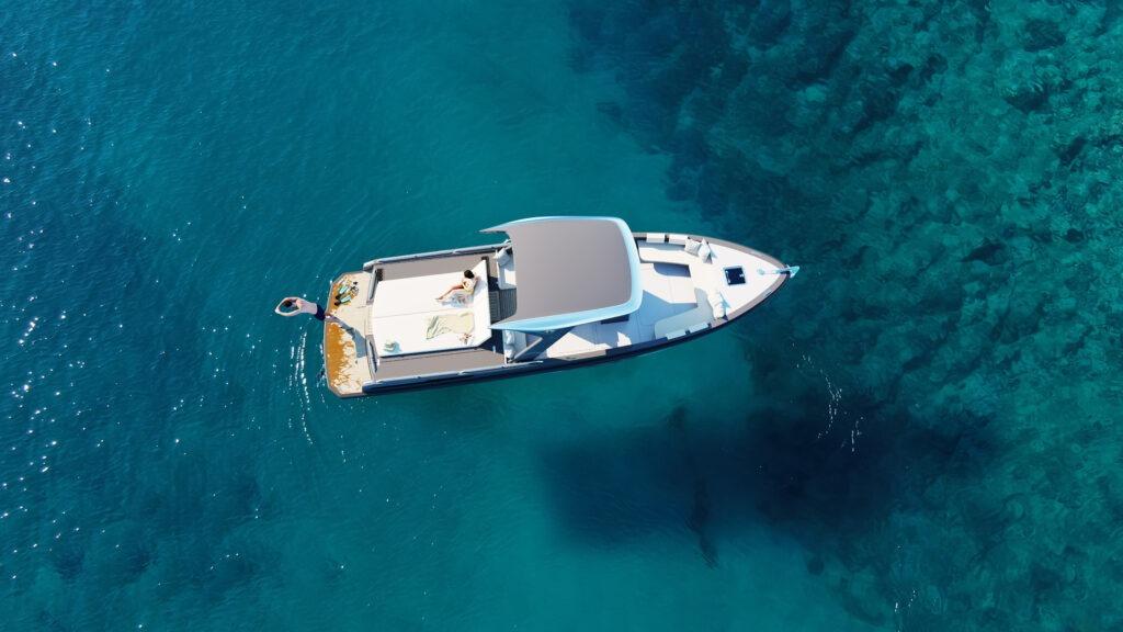 Le yacht HYNOVA vu du dessus en mer