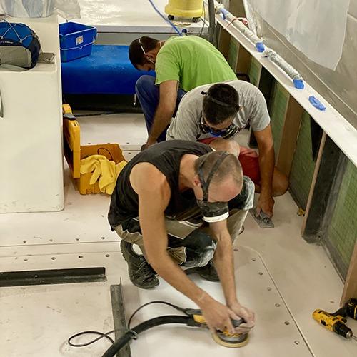 Travail de finition du bateau The New Era au chantier naval de la Ciotat