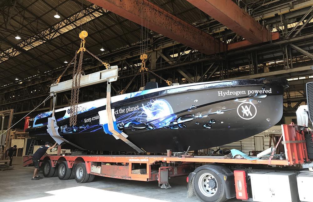 Première sortie du yacht à hydrohène vert HYNOVA hors du chantier naval de la Ciotat