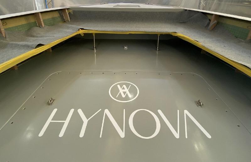 Logo HYNOVA appliqué sur le sol du Yacht à hydrogène vert