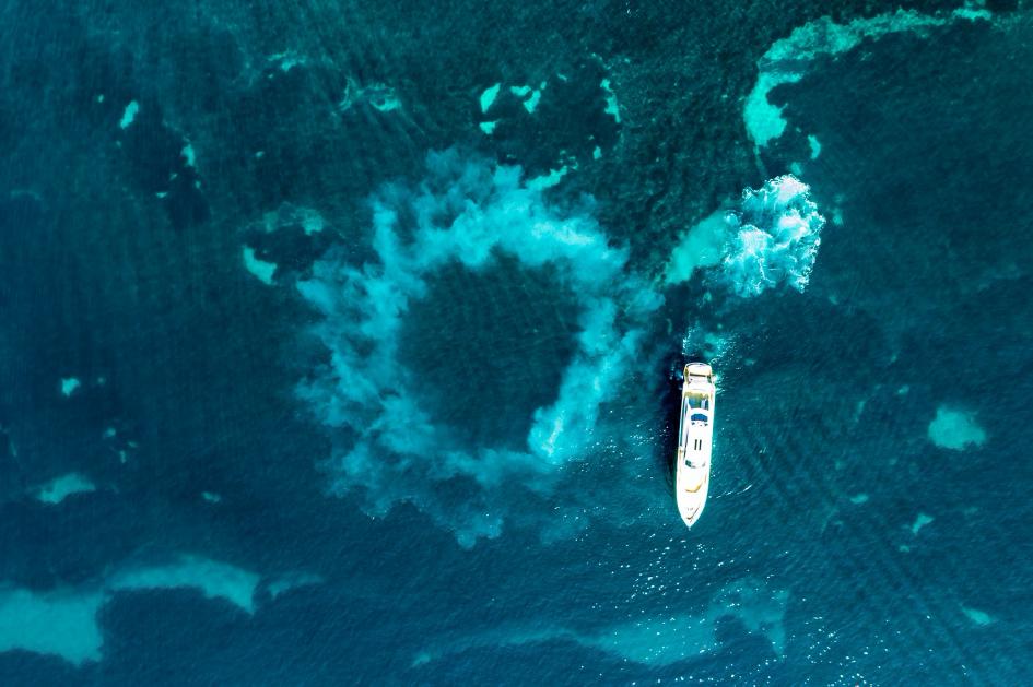 yacht en mer vu du dessus